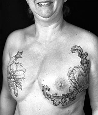 Tatouage artistique poitrine fleur 324x380