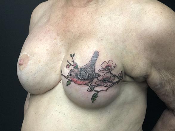 Tatouage artistique sein gauche oiseau-587x440