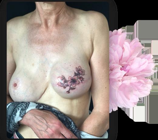 Tatouage artistique sur sein gauche